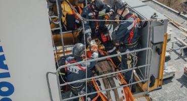 Transport operatora z kabiny żurawia w wyniku jego zasłabnięcia. Ćwiczenia straży pożarnej