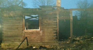 Tragiczny pożar drewnianego domu w miejscowości Płudnica. Zginął mężczyzna