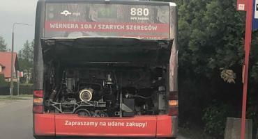 Wyciek paliwa z miejskiego autobusu [FOTO]
