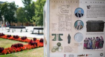 Historyczne wystawy przed Urzędem Miejskim