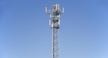 Maszt telefonii komórkowej w gminie Kowala legalny?