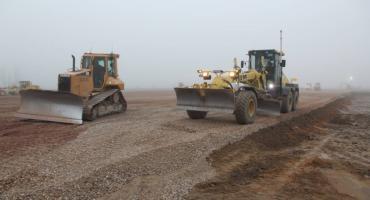 Trwają prace na pasie startowym na radomskim lotnisku. Sprawdź postępy [FOTO]