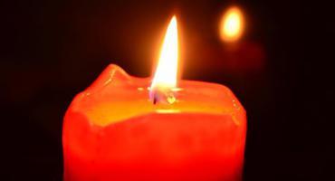 Płonie tradycyjna świeczka przed ursuskim ratuszem