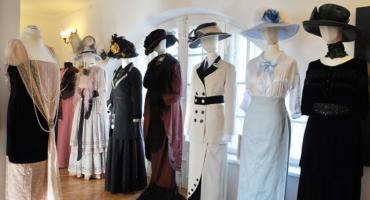 Wystawa w brwinowskim dworku Zagroda pt. Ubrania do podziwiania