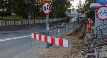 Remont chodnika pod tunelem w Brwinowie