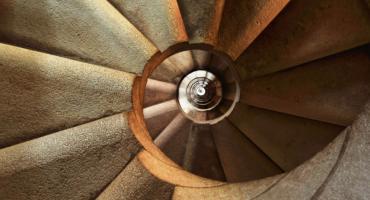 Dlaczego ludzie wpadają w spiralę zadłużenia?