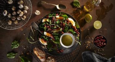 Szpinak, jajka i boczek to idealne składniki na wiosenną sałatkę