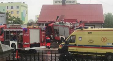 Wóz straży pożarnej uderzył w dom w Sokółce. Są ranni