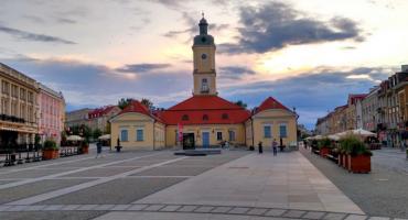 Plenerowa wystawa pod Ratuszem o mieszkańcach miasta, choć z innych stron