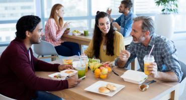 Integrację w firmie najlepiej prowadzić przy wspólnym stole