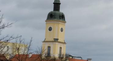 Les Baricades Mistérieuses z wieży Ratusza, ale nie zamiast hejnału