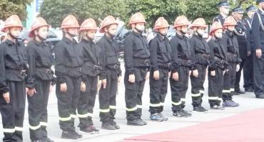 15 młodych strażaków