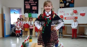 Pokaz mody patriotycznej w Nowym Radzikowie