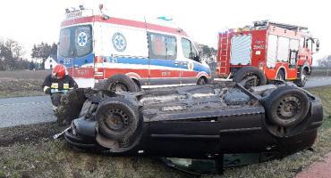 Groźny wypadek koło Skierniewic. Seat Leon dachował w rowie