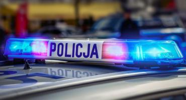 15 - latka uderzyła samochodem w budynek stacji paliw