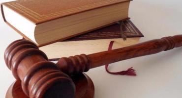 Błędne adnotacje listonosza na przesyłce sądowej a skutki procesowe dla strony