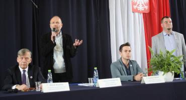"""Debata """"Patriotyzm wczoraj i dziś"""" w ZSP nr 4 w Łowiczu (ZDJĘCIA)"""