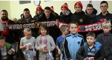 Widzewiacy z Łowicza obdarowali podopiecznych domu dziecka