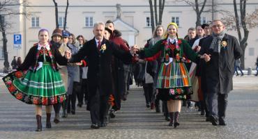 Polonez maturzystów na Starym Rynku w Łowiczu (DUŻO ZDJĘĆ, VIDEO)