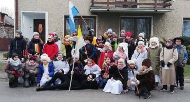 Kolędnicy z parafii w Bąkowie Górnym odwiedzili mieszkańców