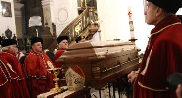 Łowicz: rozpoczęły się uroczystości pogrzebowe bp. Alojzego Orszulika (ZDJĘCIA, VIDEO)