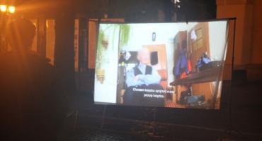 """Konferencja Wiosny i seans filmu """"Tylko nie mów nikomu"""" przed bramą łowickiej katedry (VIDEO)"""