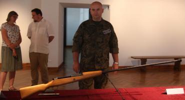 Muzeum w Łowiczu: prezentacja broni odnalezionej na placu budowy. Jest wśród nich perełka (ZDJĘCIA)