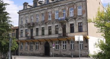 Z secesyjnej kamienicy w Łowiczu odpada tynk. Budynek doczeka się remontu