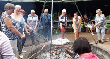 Nadmorskie wakacje i ognisko integracyjne słuchaczy Łowickiego Uniwersytetu Trzeciego Wieku