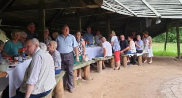 Piknik Seniora w łowickim lasku miejskim