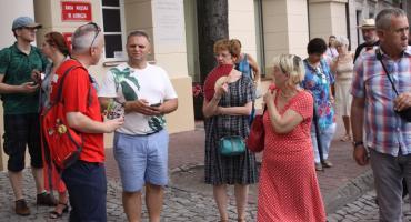 Spacer z przewodnikiem PTTK szlakiem klasycyzmu w Łowiczu (ZDJĘCIA, VIDEO)