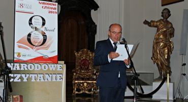 Narodowe Czytanie w sali barokowej Muzeum w Łowiczu
