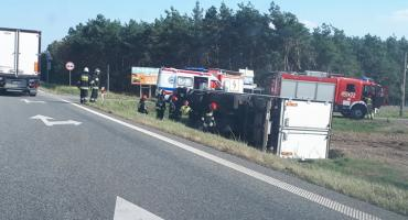 Zdarzenie drogowe na drodze krajowej nr 92 pod Łowiczem. Ciężarówka w rowie