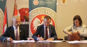 Podpisano umowy na dofinansowanie remontów dróg w Łowickiem (ZDJĘCIA, VIDEO)