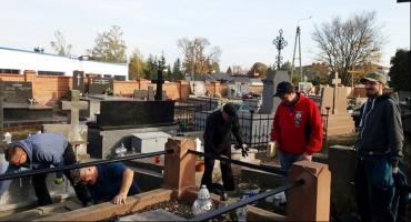 Sprzątali nagrobki zasłużonych łowiczan na cmentarzach Emaus i katedralnym