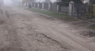 Zerwany asfalt na ulicy Czajki w Łowiczu. Mieszkańcy z trudem dojeżdżają do swoich domów (ZDJĘCIA, VIDEO)