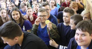 """""""Dotknij olimpijskiego medalu"""": spotkanie z mistrzem olimpijskim w SP nr 1 w Łowiczu (ZDJĘCIA, VIDEO)"""