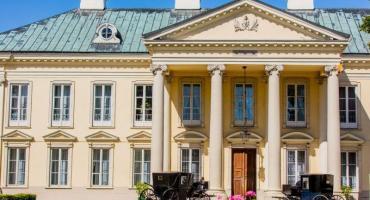 Zabytkowe karety zaparkują przed pałacem w Walewicach