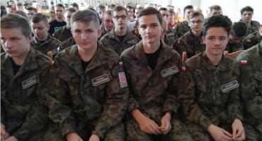 Uroczyste pasowanie w grupie mundurowej w ZSP nr 1