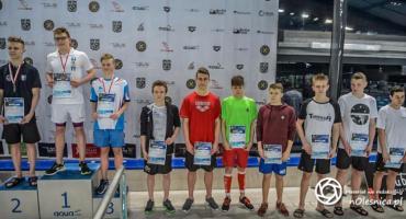 Młodzi pływacy na podium