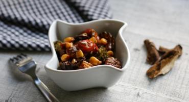 Przepis na duszone warzywa z tofu i grzybami