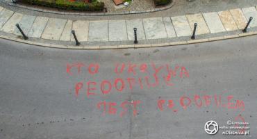 Napis o pedofilii przy bazylice