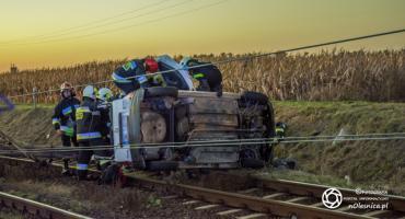 Bierutów - auto uderzyło w słup trakcji i przewróciło się na torach - VIDEO