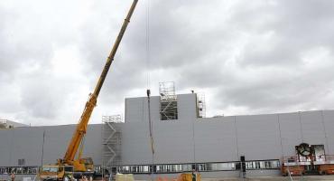 Uroczyste zawieszenie wiechy na budynku fabryki silników Mercedes-Benz w Jaworze