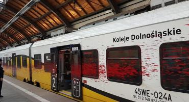 Zniszczył farbą przejeżdżający pociąg