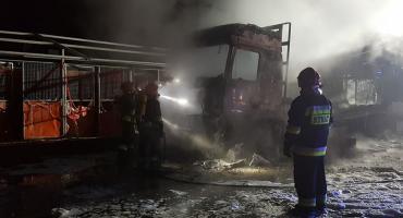 Spłonął samochód na terenie stadniny koni w Morawie