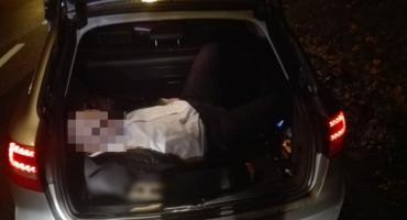 Kierowca pijany. Pasażer spał w bagażniku.
