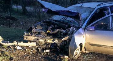 Młody kierowca rozbił się na drzewie. Jest w stanie krytycznym