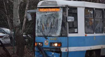 Bus wjechał pod tramwaj. Motorniczy w szpitalu.