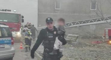 Policjanci i strażacy ratowali życie ludzkie podczas pożaru budynku
